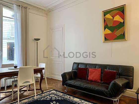 Séjour très calme équipé de téléviseur, chaine hifi, 3 fauteuil(s), 4 chaise(s)