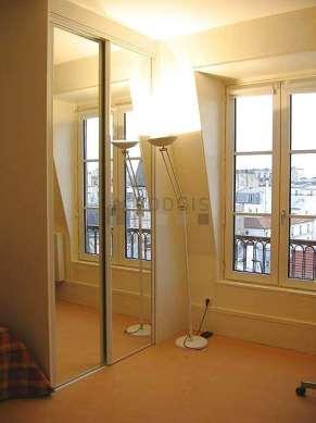 Salon de 12m² avec la moquette au sol