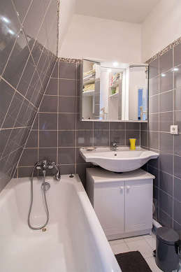Salle de bain équipée de lave linge, serviettes de bain