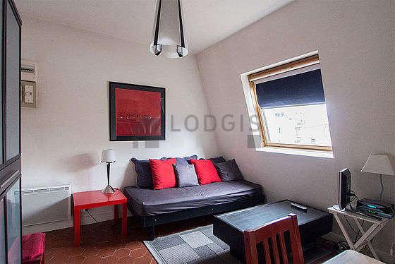 Séjour très calme équipé de 1 lit(s) de 90cm, télé, armoire, 2 chaise(s)