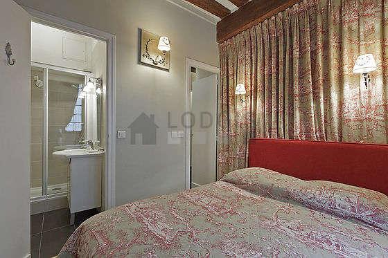 Chambre lumineuse équipée de penderie, placard