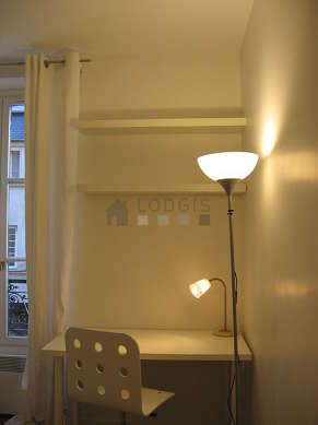 Séjour calme équipé de 1 canapé(s) lit(s) de 140cm, bureau, penderie, placard