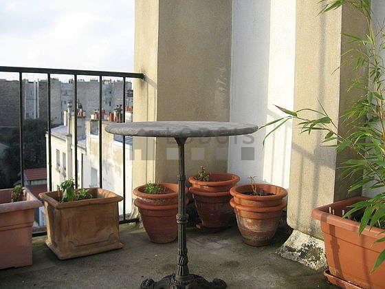 Quiet and very bright balcony with concrete floor