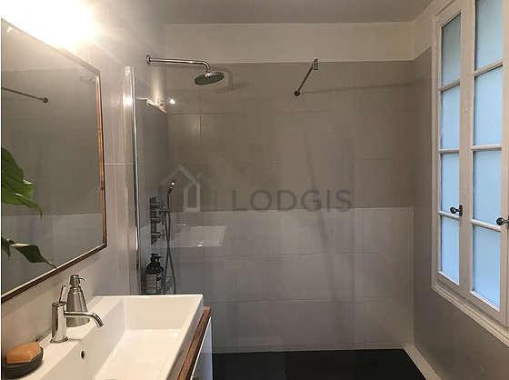 Agréable salle de bain avec fenêtres et du parquet au sol