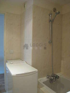 Salle de bain équipée de sèche linge, serviettes de bain
