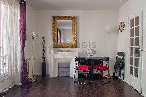 Salon lumineux équipé de placard, 4 chaise(s)
