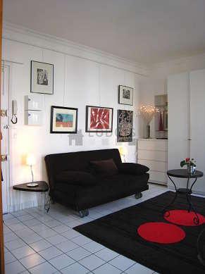 Séjour très calme équipé de 1 canapé(s) lit(s) de 160cm, téléviseur, 1 fauteuil(s), 2 chaise(s)
