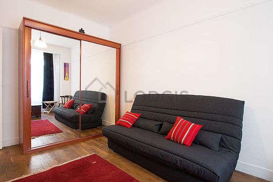 Séjour équipé de 1 canapé(s) lit(s) de 130cm, téléviseur, chaine hifi, penderie