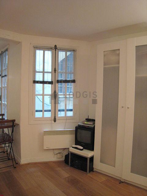 location studio paris 1 rue de la ferronnerie meubl 17 m ch telet les halles. Black Bedroom Furniture Sets. Home Design Ideas