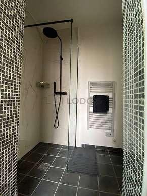 Agréable salle de bain très claire avec fenêtres double vitrage