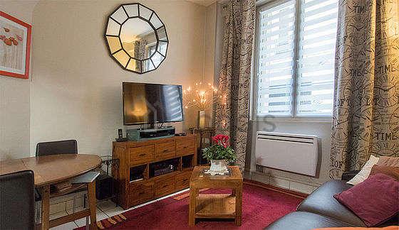 Séjour calme équipé de 1 canapé(s) lit(s) de 140cm, téléviseur, chaine hifi, 4 chaise(s)