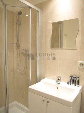 Agréable salle de bain claire avec du parquet au sol