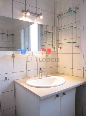 Very bright bathroom with double-glazed windows and with tile floor