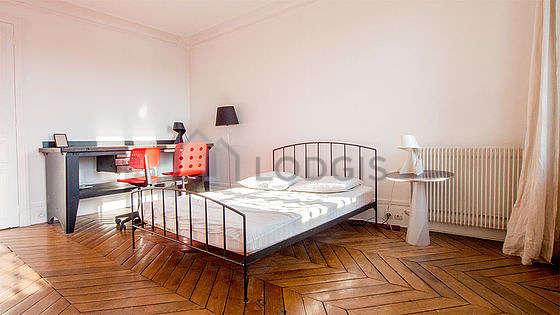 Large bedroom of 20m² with wooden floor