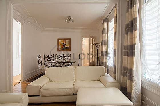 Living room furnished with 6 chair(s)