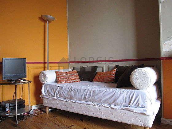 Séjour calme équipé de 1 lit(s) de 80cm, téléviseur, 1 fauteuil(s), 4 chaise(s)