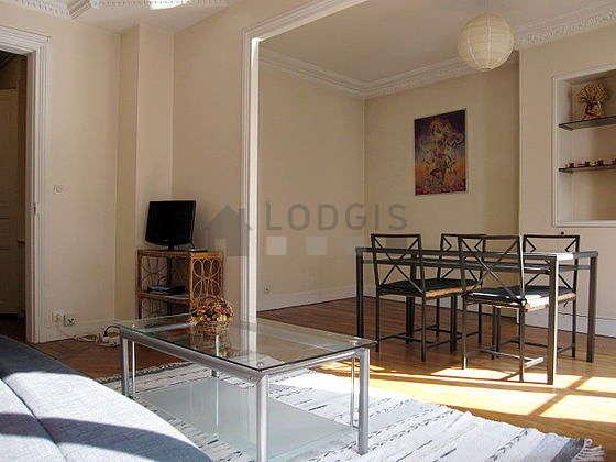 Séjour calme équipé de 1 canapé(s) lit(s) de 140cm, téléviseur, penderie, placard