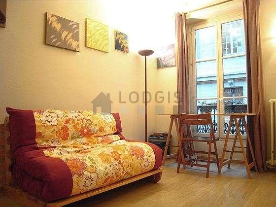 Séjour équipé de 1 canapé(s) lit(s) de 140cm, chaine hifi, penderie, 2 chaise(s)