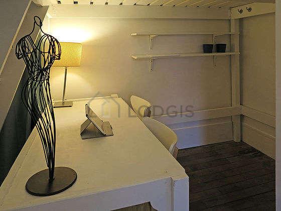 Chambre lumineuse équipée de chaine hifi, 2 chaise(s), tabouret