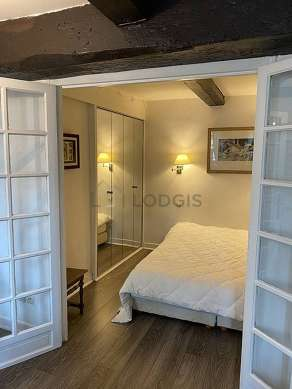 Bedroom equipped with cupboard