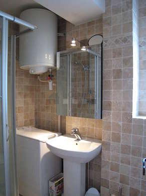 Salle de bain équipée de lave linge, douche séparée, radiateur sèche-serviettes