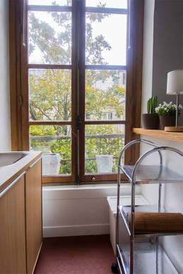 Cusine lumineuse avec fenêtres double vitrage donnant sur cour