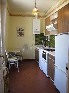 Kitchen of 10m² with tile floor