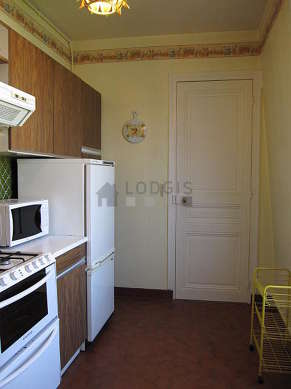 Very bright kitchen with double-glazed windows facing the garden