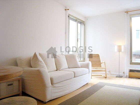 Séjour calme équipé de 1 canapé(s) lit(s) de 140cm, téléviseur, 1 fauteuil(s), 2 chaise(s)