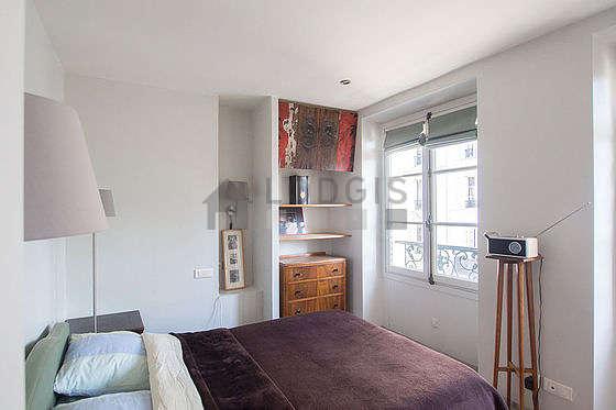 Chambre lumineuse équipée de commode, placard, table de chevet