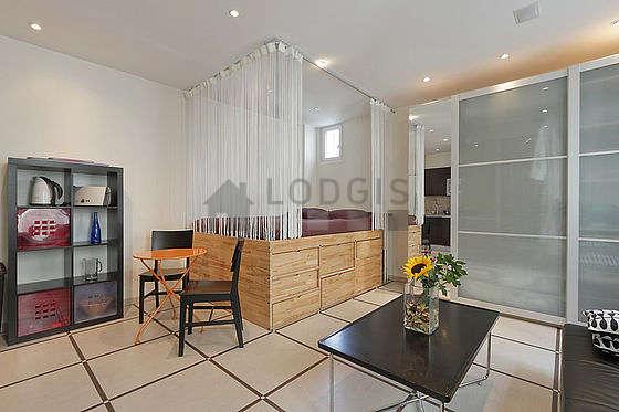 Séjour très calme équipé de 1 futon(s) de 160cm, télé, chaine hifi, placard