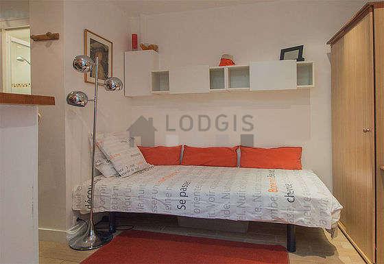 Séjour très calme équipé de 1 lit(s) de 90cm, télé, armoire, 1 chaise(s)