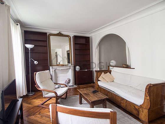Grand salon de 31m² avec du parquet au sol