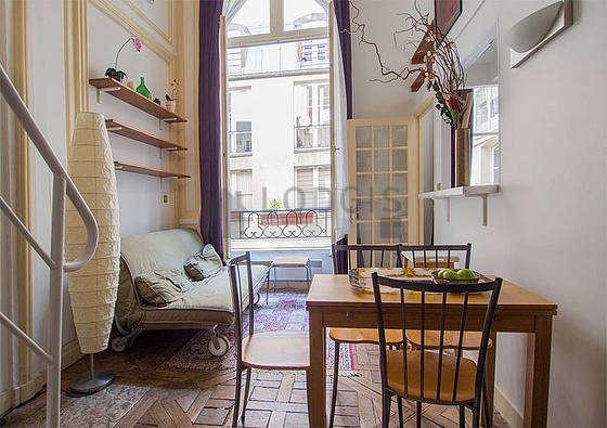 Séjour très calme équipé de 1 canapé(s) lit(s) de 140cm, table à manger, table basse, armoire