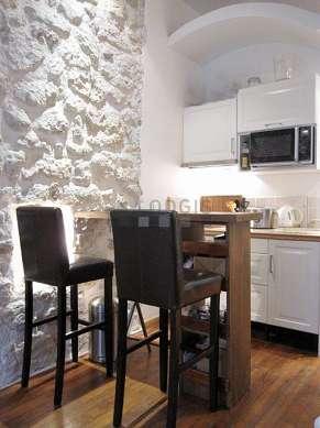 Cuisine dînatoire pour 3 personne(s) équipée de plaques de cuisson, réfrigerateur, freezer, hotte