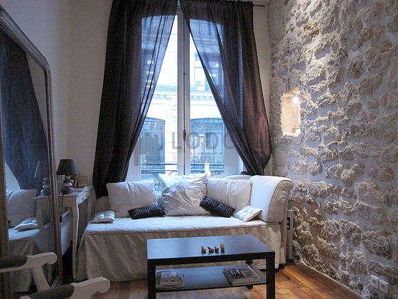 Séjour calme équipé de 1 lit(s) gigogne de 90cm, téléviseur, 1 fauteuil(s), 1 chaise(s)