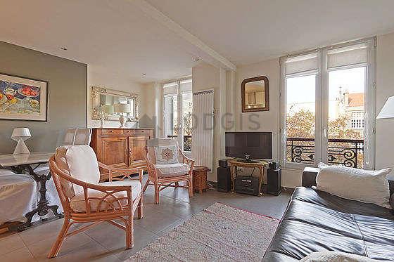 Séjour calme équipé de 1 canapé(s) lit(s) de 140cm, téléviseur, chaine hifi, 2 fauteuil(s)