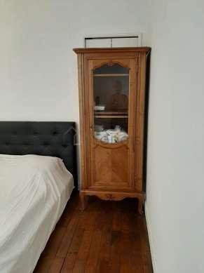 Chambre équipée de penderie, placard, tabouret