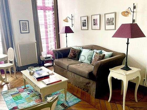 Séjour très calme équipé de 1 canapé(s) lit(s) de 120cm, télé, 2 fauteuil(s), 2 chaise(s)