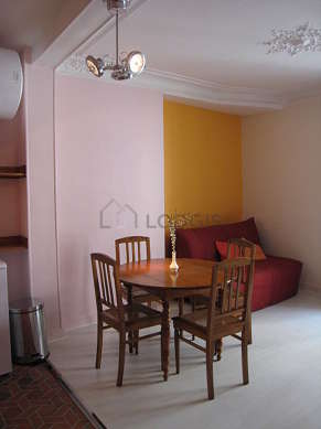 Séjour calme équipé de 1 canapé(s) lit(s) de 140cm, téléviseur, 4 chaise(s)