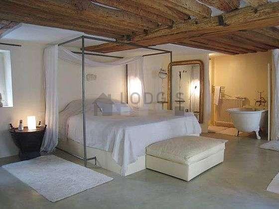 Chambre avec du béton au sol