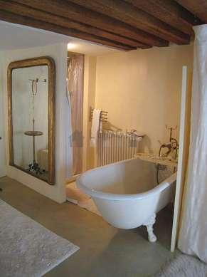 Belle salle de bain avec du béton au sol