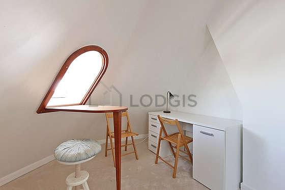 Chambre lumineuse équipée de bureau, penderie, 1 chaise(s), tabouret