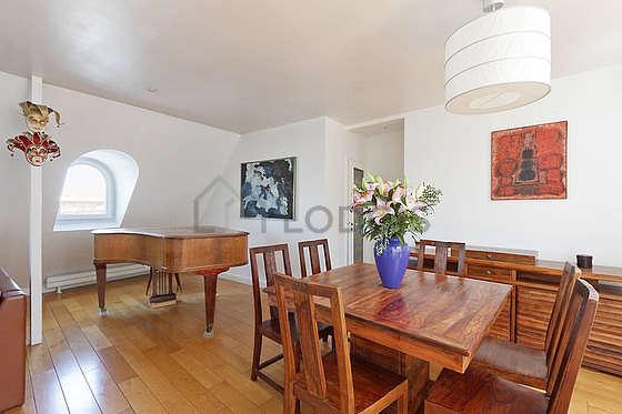Belle salle à manger avec du parquet au sol