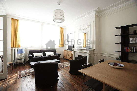 Salon lumineux équipé de 4 chaise(s)