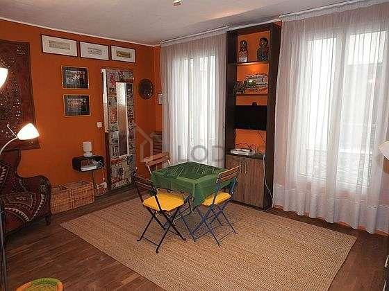 Séjour très calme équipé de 1 lit(s) de 140cm, téléviseur, 1 fauteuil(s), 4 chaise(s)