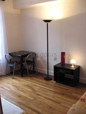 Séjour très calme équipé de 1 canapé(s) lit(s) de 120cm, table basse, penderie, 3 chaise(s)