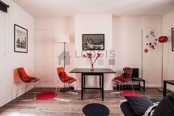 Séjour calme équipé de téléviseur, placard, 3 chaise(s)