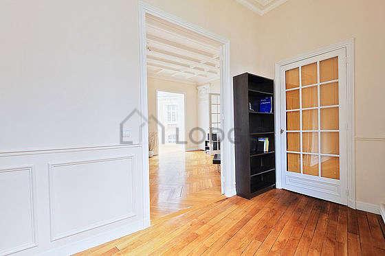 Bureau avec du parquet au sol, équipé de etagère