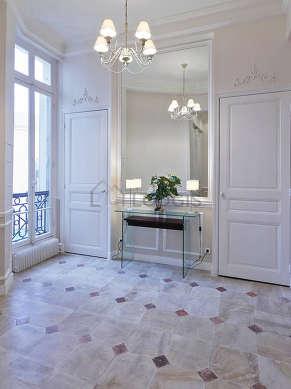 Belle entrée avec du marbre au sol